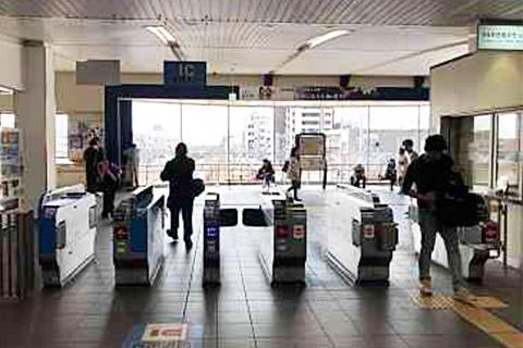 ①東加古川駅の改札を右手側に抜けます。さらに右手側の階段を下ります。